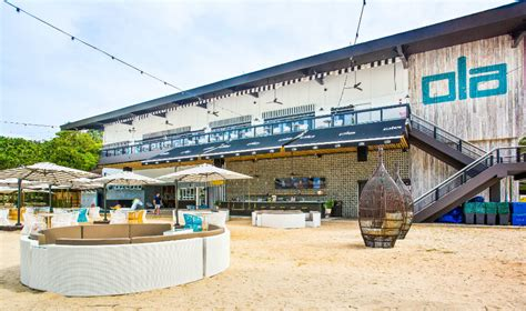 Beach bars and restaurants: eat, drink and dance by the